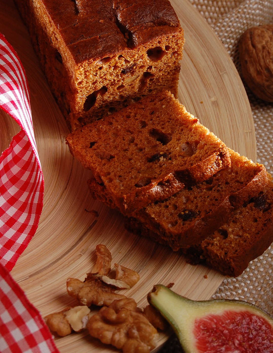 Gingerbread with figs and walnuts, pre-sliced