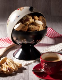 Hansi black sugar bowl filled with biscuits